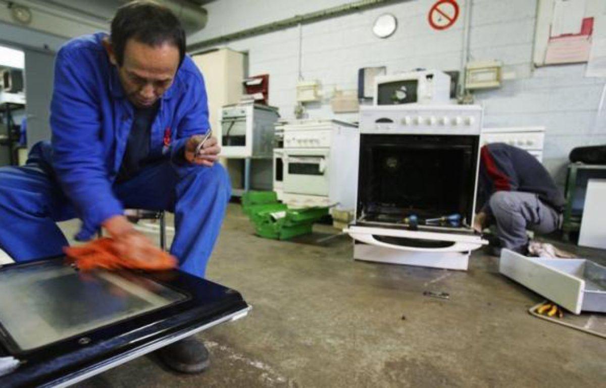 Le recyclage de vieux réfrigérateurs, gazinières, ordinateurs et autres équipements électriques et électroniques (DEEE) a permis d'économiser près de 298.000 barils de pétrole brut l'an dernier, a annoncé vendredi l'éco-organisme Eco-systèmes chargé de la gestion de ces déchets. – Frederick Florin afp.com