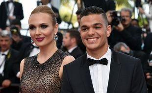 Hatem a posé aux côtés de sa compagne lors du Festival de Cannes, le 16 mai 2016.