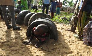 Un enfant joue sur l'aire de récréation construite par l'Unicef dans le camp de Danamadja, au Tchad, le 11 juin 2014.