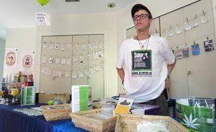 Sur les stands, toutes sortes de drogues (fictives) sont proposées à la vente.