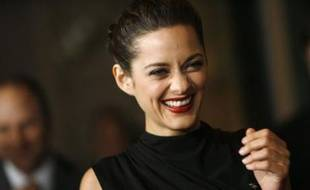 """French actress Marion Cotillard smiles as she arrives at the 33rd annual Los Angeles Film Critics Association Awards in Los Angeles January 12, 2008. Cotillard received the award as best actress for her role in """"La Vie en Rose"""". REUTERS/Mario Anzuoni (UNITED STATES)"""