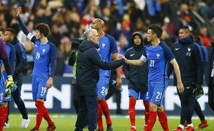 Didier Deschamps félicite les Bleus après la victoire contre le pays de Galles (2-0), le 11 novembre 2017 au Stade de France.