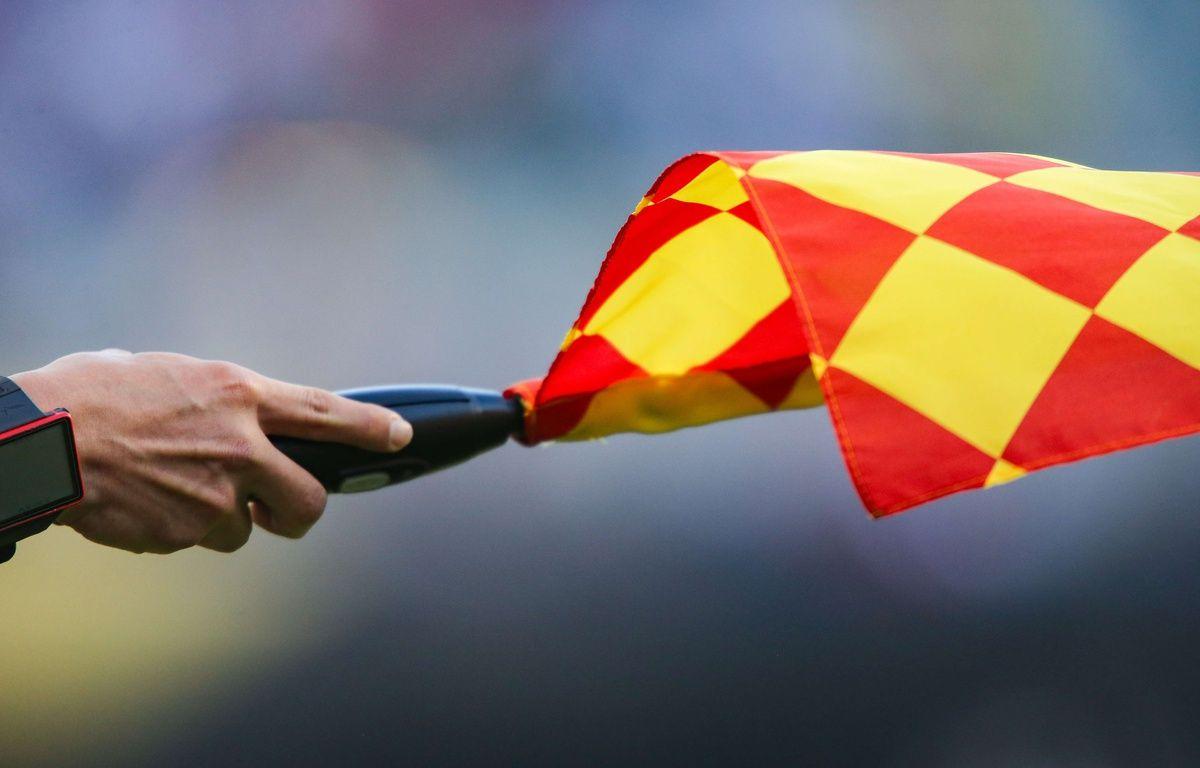 Un arbitre assistant signalant un hors-jeu – Don Feria/ISI/Shutterst/SIPA