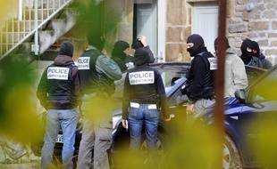 La défense des huit prévenus dans l'affaire Tarnac pourrait torpiller les éléments de l'enquête menée par les policiers de la SDAT en 2008.