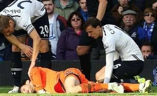 Hugo Lloris reste au sol après un contact avec Romelu Lukaku lors du match entre Everton et Tottenham le 3 novembre 2013.