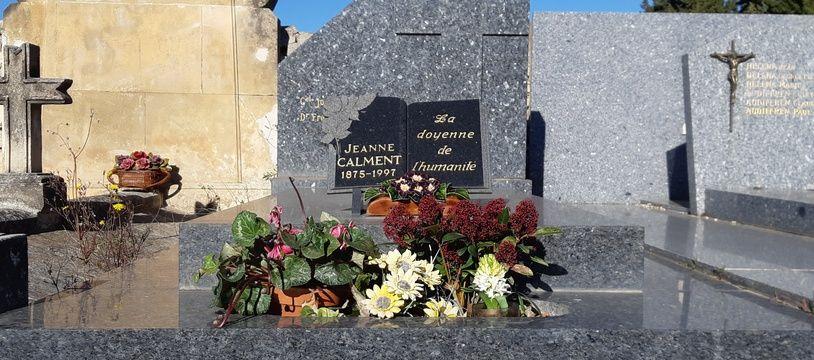 Jeanne Calment repose au cimetière de Trinquetaille, à Arles.
