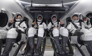 Les astronautes de la NASA Shannon Walker, à gauche, Victor Glover, Mike Hopkins, et l'astronaute de l'Agence aérospatiale japonaise (JAXA) Soichi Noguchi, à droite à l'intérieur du vaisseau spatial SpaceX Crew Dragon.