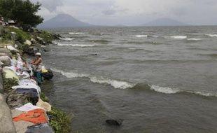 Une femme fait la lessive le 3 octobre 2014 dans le lac Nicaragua, la plus grande réserve d'eau douce d'Amérique centrale que traverseront les super tankers transitant par le futur canal interocéanique
