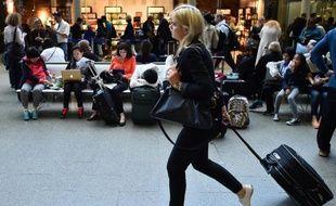 Des passagers attendent au terminal Eurostar de la gare de Saint-Pancrace, à Londres, le 23 juin 2015