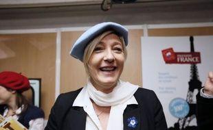 """L'argent public doit servir à acheter des produits français et il faut """"taper du poing sur la table"""" pour que l'UE """"nous autorise à développer et à faire la promotion du +made in France+"""", a déclaré samedi la présidente du Front national, Marine Le Pen."""
