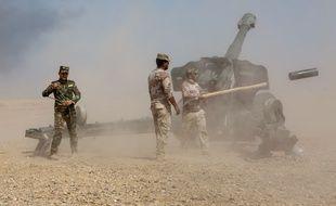 Artillerie irakienne entre Makhmour et Qayyarah à 70 km au sud de Mossoul.