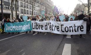 Des manifestants contre l'IVG défilent dans les rues de Paris, dimanche 22 janvier.