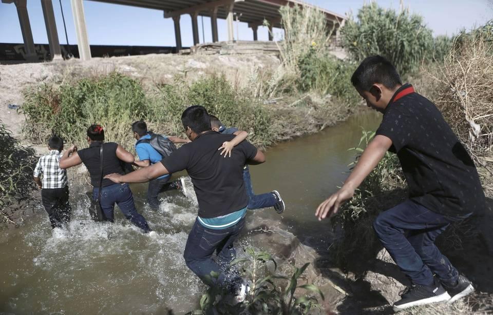 Des réfugiés franchissent la frontière entre le Mexique et les Etats-Unis