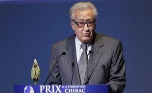 Le diplomate algérien Lakhdar Brahimi a accepté vendredi de prendre le relais de Kofi Annan comme médiateur international dans le conflit en Syrie où des combats entre l'armée et des insurgés dans la capitale et à Alep ont encore fait des dizaines de morts.