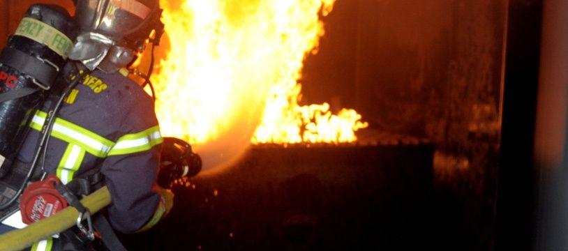 Un pompiers en train d'intervenir sur un feu. Illustration.