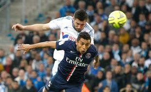 Marquinhos et Gignac au duel lors du match entre Marseille et le PSG le 5 avril 2015.