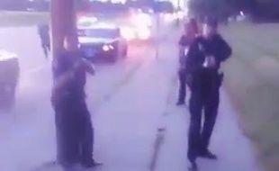 Capture d'écran d'une vidéo montrant des policiers du Minnesota tenir en joue une jeune femme, le 6 juillet 2016.