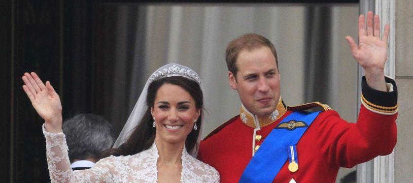 Kate et William saluent la foule depuis le balcon de Buckingham Palace, le 29 avril 2011.