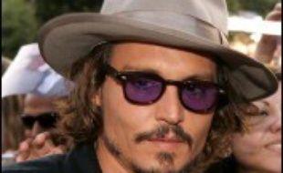 """L'acteur américain Johnny Depp va produire l'adaptation au grand écran du roman """"Les jours heureux"""" du Français Laurent Graff, a rapporté lundi le quotidien Hollywood Reporter."""
