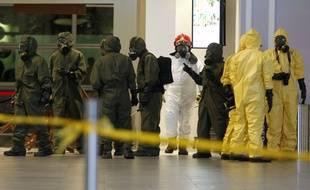 Des équipes de nettoyage à l'aéroport de Kuala Lumpur en Malaisie, après l'attaque de Kim Jong Nam.