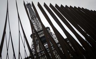 Paris, le 14 juin 2018. - La nouvelle barrière en acier autour de la tour Eiffel pour la protéger d'une attaque terroriste.