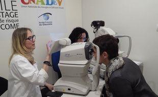 A bord du Bus du glaucome, un médecin ophtalmologue et une orthoptiste assurent les consultations de dépistage.