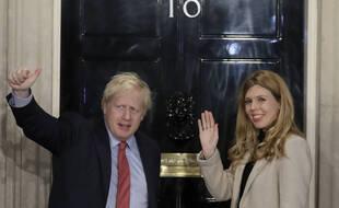 Le Premier ministre britannique Boris Johnson et Carrie Symonds, devant le 10 Downing Street à Londres le 13 décembre 2019.