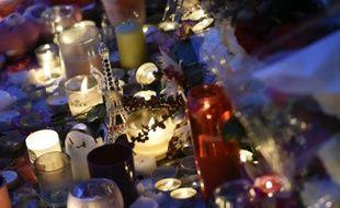 Des bougies en hommage aux victimes des attentats devant le Bataclan, le 15 novembre 2015