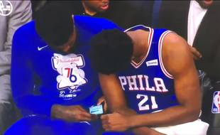 Amir Johnson et Joel Embiid regardent des sms en plein match