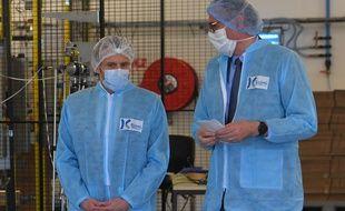 Emmanuel Macron lors de sa visite de l'usine Kolmi-Hopen près d'Angers, le 31 mars 2020.