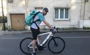Antoine, sur son vélo, s'apprête à partir pour une soirée de livraisons
