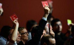 Des militants socialistes votent la motion du Premier secrétaire le 7 juin 2015 au congrès du PS à Poitiers