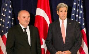 Le chef de la diplomatie turque Feridun Sinirlioglu (g) et son homologue américain John Kerry, à New York le 1er octobre 2015