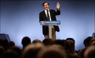 """Deux mois après l'élection de Nicolas Sarkozy, l'UMP s'est réorganisée samedi pour se mettre en ordre de marche derrière lui et soutenir les réformes engagées dès cet été, dont François Fillon n'a pas caché qu'elles se heurteraient à des """"obstacles et des pesanteurs""""."""