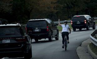 La cycliste a adressé un doigt d'honneur au président américain jusqu'à l'intersection suivante.