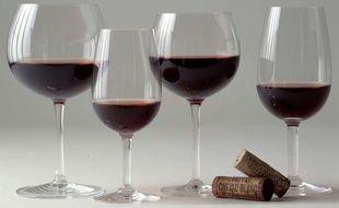 Des verres de vin rouge (illustration)