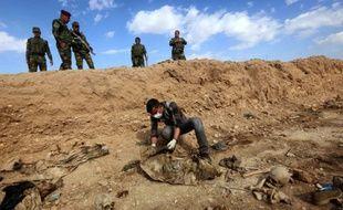 Un Iraquien inspecte les restes des corps de Yazidis tués par l'EI le 3 février 2015 au nord-ouest de l'Irak