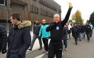 Manifestation d'arbitres de foot à Mons-en-Barœul et Villeneuve d'Ascq, dans le Nord, pour protester contre la violence sur les terrains.