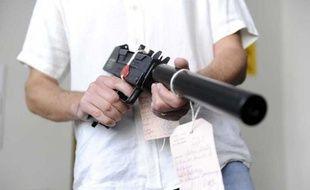 Une arme saisie par la DCPJ de Nanterre, en septembre 2010.