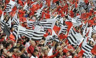 Les supporters du Stade Rennais agitent le «gwenadu»(drapeau breton) pendant la finale de la Coupe de France contre l'En Avant Guingamp au Stade de France, le 9 mai 2009.