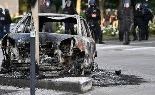 Un véhicule calciné à Dijon, le 15 juin 2020, après trois jours de violences urbaines.