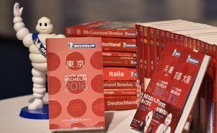 Différentes éditions internationales du «Guide Michelin» 2016.