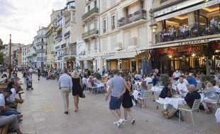 Des terrasses de restaurants sur la Croisette à Cannes le 14 juillet 2020.