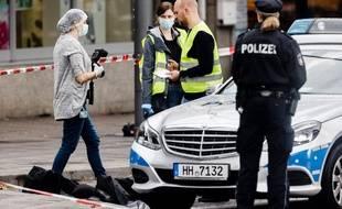 Des enquêteurs sont sur les lieux de l'attaque au couteau commise dans une rue commerçante d'Hambourg, le 28 juillet 2017.