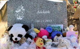 La tombe de la petite Adélaïde, morte noyée à 15 mois, après que sa l'a abandonnée sur la plage de Berck-sur-Mer, dans la nuit du 19 au 20 novembre 2013