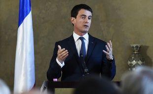 Manuel Valls, lors d'une conférence de presse à Alger le 10 avril 2016...