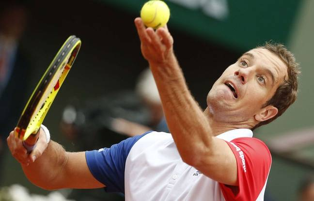 Richard Gasquet au service contre Kei Nishikori le 29 mai 2016 à Roland-Garros.