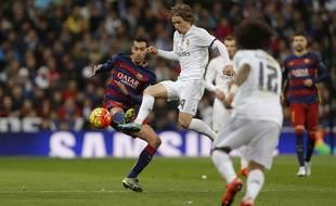 Sergio Busquets au duel avec Luka Modric lors de Real Madrid-FC Barcelone le 21 novembre 2015.
