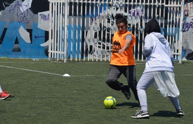 Fatima Mehdi (16 ans), ici lors d'un créneau d'entraînement 100 % féminin de Sport dans la ville, le 25 mai à Vaulx-en-Velin (Rhône).