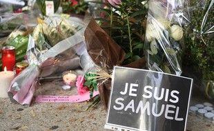 Une pancarte Je suis Samuel, devant le collège de Conflans.